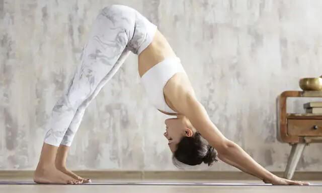 postura de yoga perro boca abajo