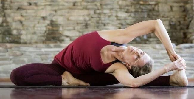 estiramiento lateral sentado de yoga