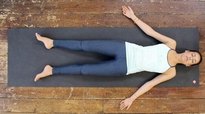 postura del cadaver de yoga